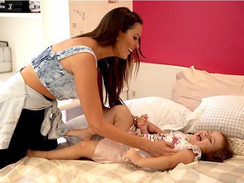 Tamires brinca com a filha