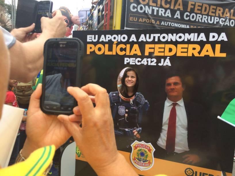 Manifestantes tiram fotos com imagem do juiz Moro