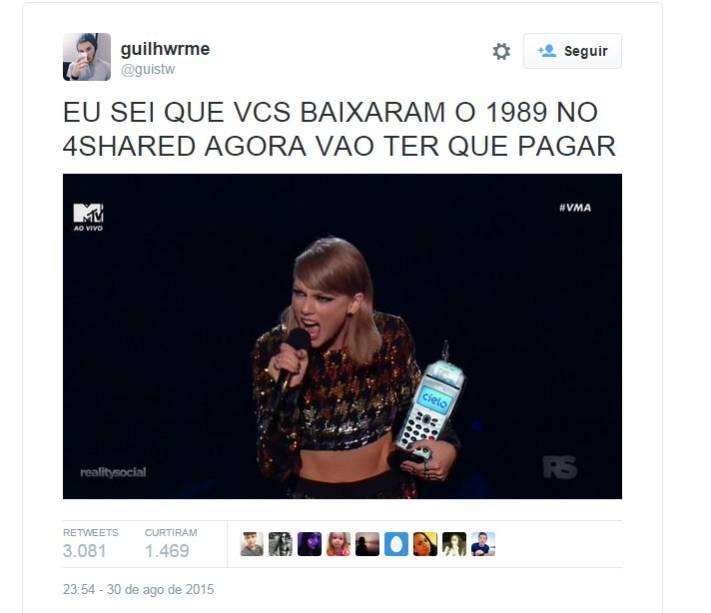 Taylor Swift com uma máquina de cartão de crédito para que os fãs paguem pelo álbum que baixaram ilegalmente
