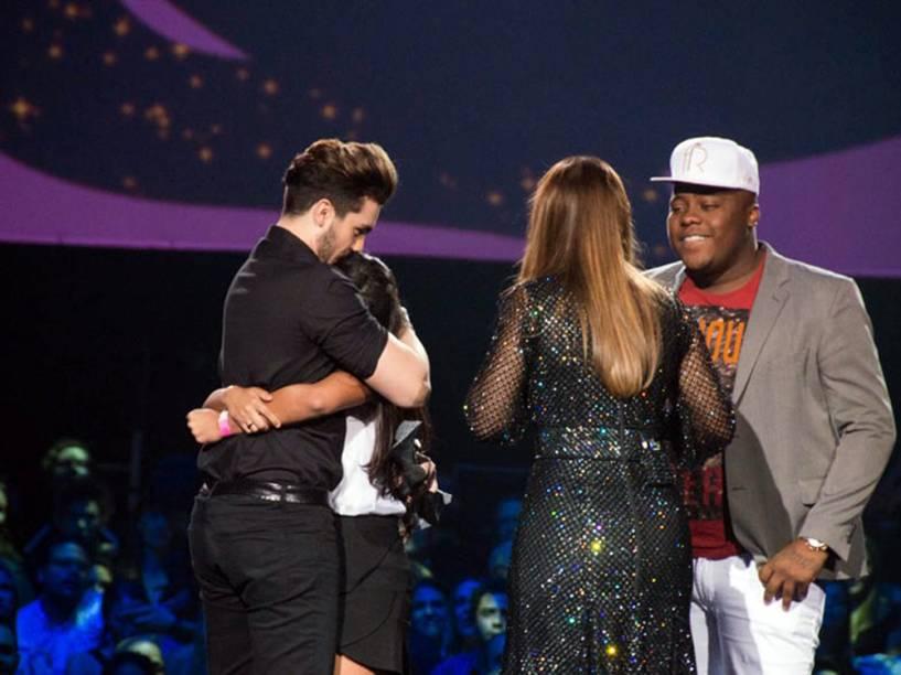 Enquanto recebia o prêmio de Música Chiclete, Luan Santana foi surpreendido por uma fã que invadiu o palco