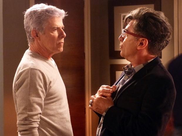 Téo Pereira (Paulo Betti) e Claudio Bolgari (José Mayer), seu amor mal-resolvido