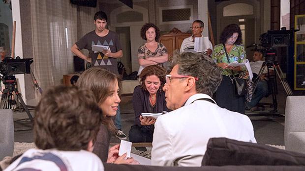Cora (Marjorie Estiano) mostra seu álbum de recortes a Téo Pereira (Paulo Betti), que pira