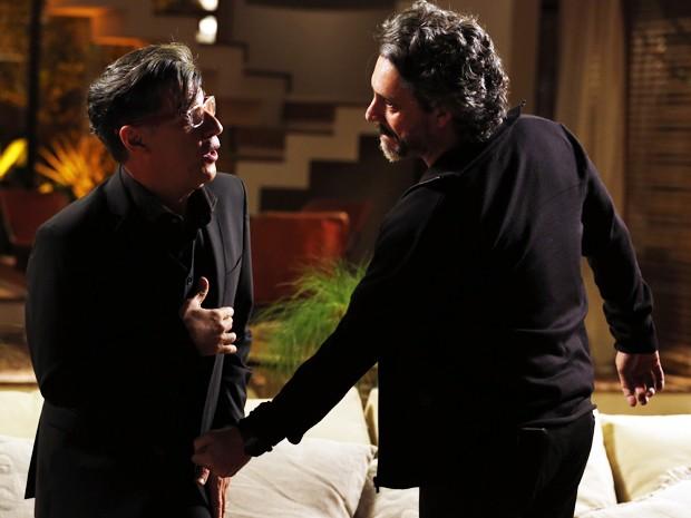 Téo Pereira (Paulo Betti) se atraca com o Comendador José Alfredo (Alexandre Nero)