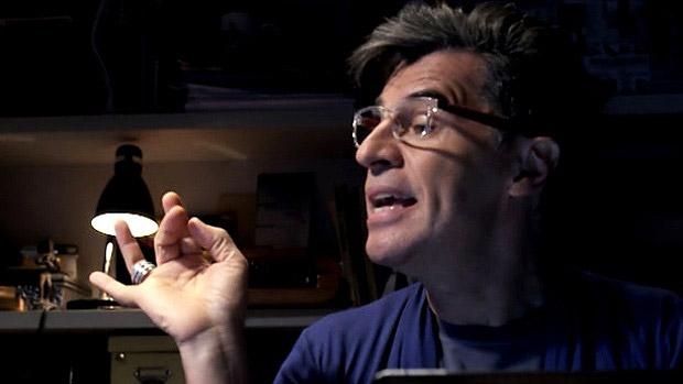 Paulo Betti é Téo Pereira, blogueiro que ganha a vida fazendo fofoca