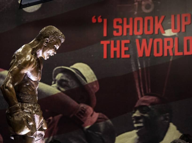 """Estatueta exibida na exposição """"I am the greatest"""", sobre o boxeador Muhammad Ali, que seguirá em cartaz na Arena O2 em Londres até agosto"""