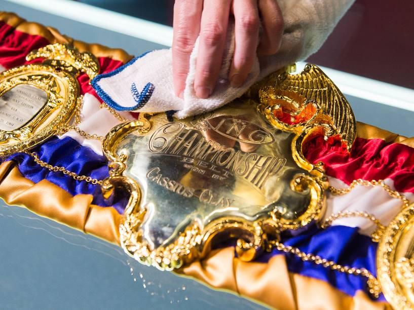 """Cinturão sendo preparado para exibição """"I am the greatest"""", sobre o ex-boxeador Muhammad Ali, que fica em cartaz até agosto, em Londres"""