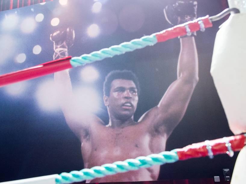 Muhammad Ali, nascido em Kentucky, EUA foi um dos maiores campeões de boxe dos anos 1970 e o primeiro da categoria peso-pesado a ganhar o cinturão três vezes