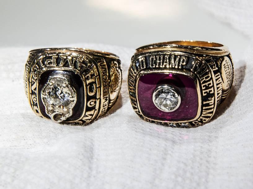 Os anéis representam o títutlo de bicampeão (à esq.) e tricampeão (à dir.) mundial do ex-boxeador norteamericano Muhammad Ali, na década de 1970