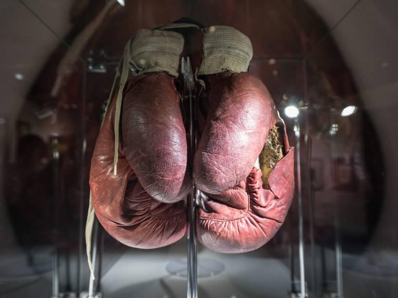 Luvas exibidas na exposição sobre o ex-lutador de boxe Muhammad Ali, campeão da categoria peso-pesado dos anos 1970