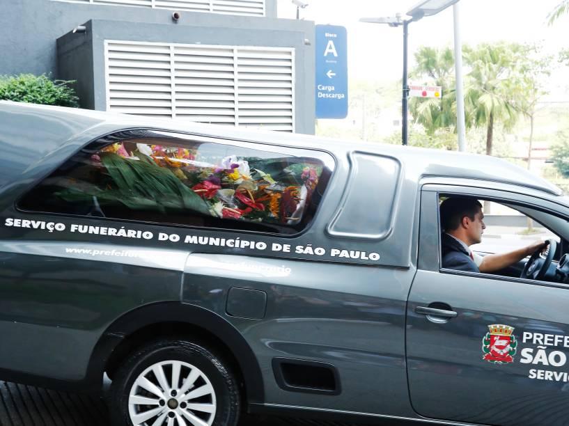 Corpo de Thomaz Alckmin deixa o hospital Albert Eistein, em São Paulo, e segue para o cemitério municipal de Pindamonhangaba, onde será enterrado