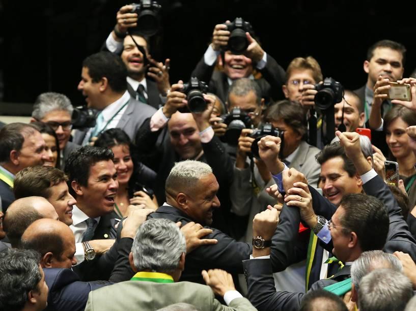 O deputado Francisco Everardo Oliveira Silva (PR-SP), mais conhecido por Tiririca (c), vota sim durante sessão para votação do processo de impeachment da presidente Dilma Rousseff no plenário da Câmara dos Deputados