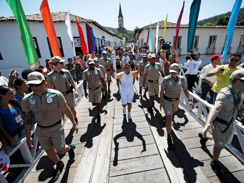 A moradora Gleice Machado com a tocha olímpica que passou pela Cidade de Goiás, primeira capital do Estado e marco do ciclo do ouro no interior do Brasil -05/05/2016