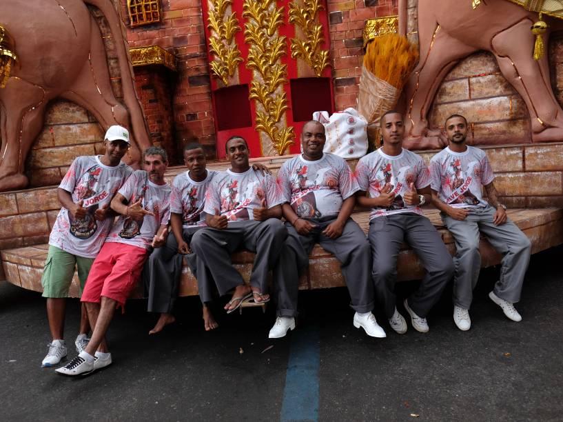 Trabalhadores das escolas de samba do grupo especial do Carnaval 2016, no Sambódromo Marquês de Sapucaí, no Rio de Janeiro (RJ)