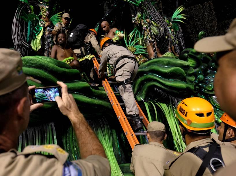 Bombeiros auxiliam as escolas de samba do grupo especial do Carnaval 2016, no Sambódromo Marquês de Sapucaí, no Rio de Janeiro (RJ)