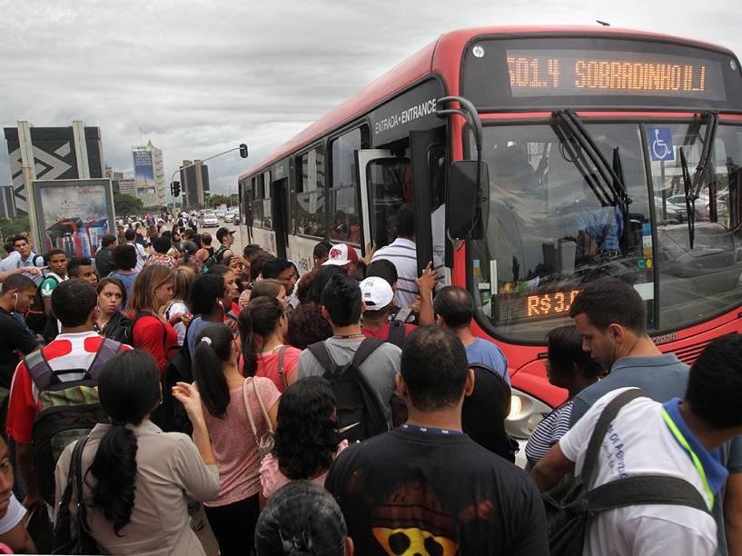 Passageiros aguardam ônibus no centro da capital: a rotina é de greves constantes por atraso nos pagamentos