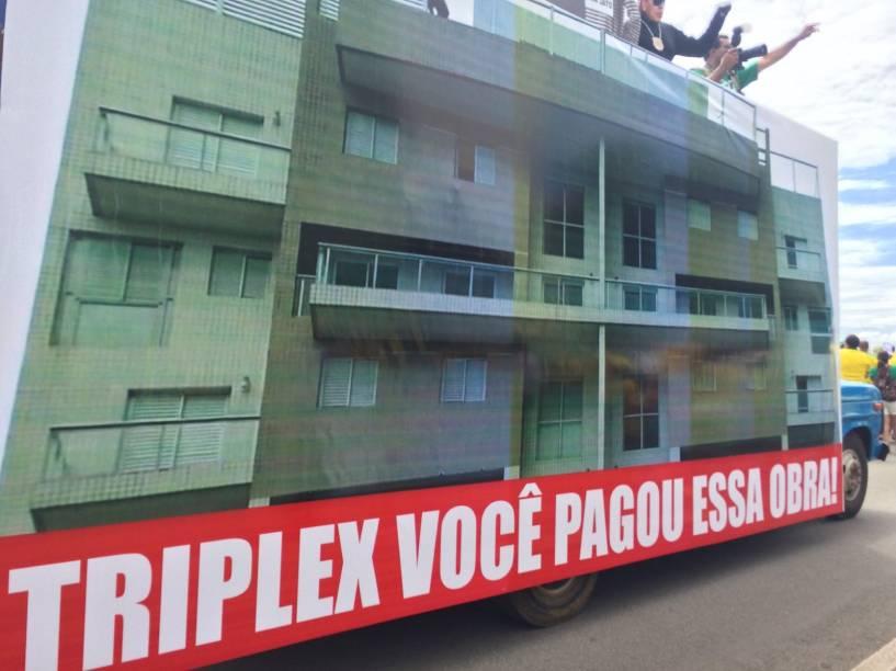 Tríplex de Lula vai ao protesto em Brasília