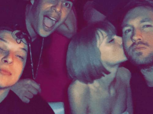 Taylor Swift, Calvin Harris e amigos em vídeo publicado na rede social do DJ após o Grammy