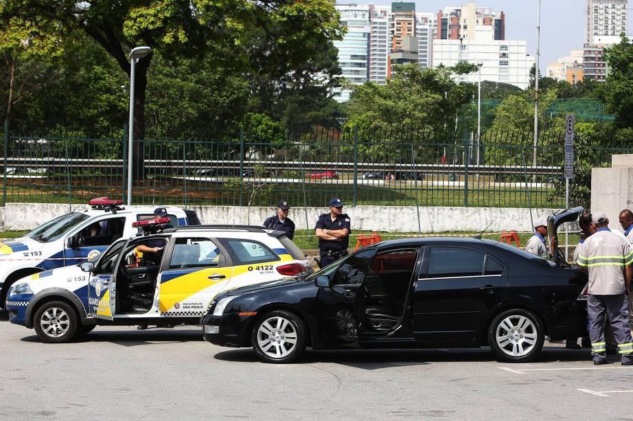 Carro da Uber é apreendido na SPFW,  por fiscais da SPTrans e pela Guarda Civil, nesta quarta-feira (21)