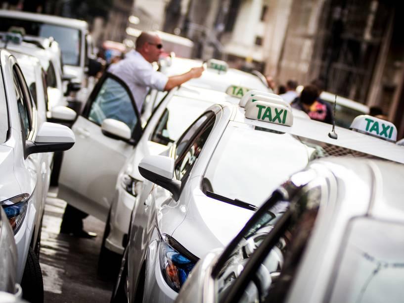 Taxistas protestam no centro da capital paulista, contra o decreto assinado pelo prefeito Fernando Haddad que regulamenta o uso de aplicativos de carona, como o Uber, em São Paulo - 11/05/2016