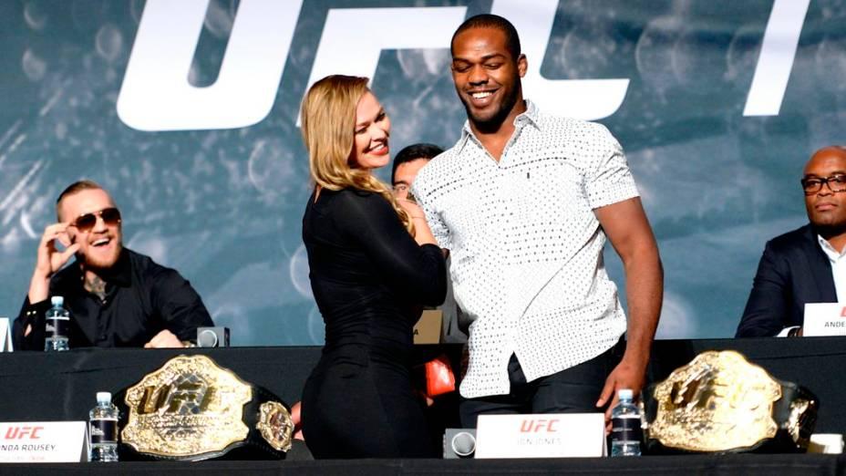 Conor McGregor, Ronda Rousey e Jon Jones no evento de divulgação da temporada 2015 do UFC, em Las Vegas