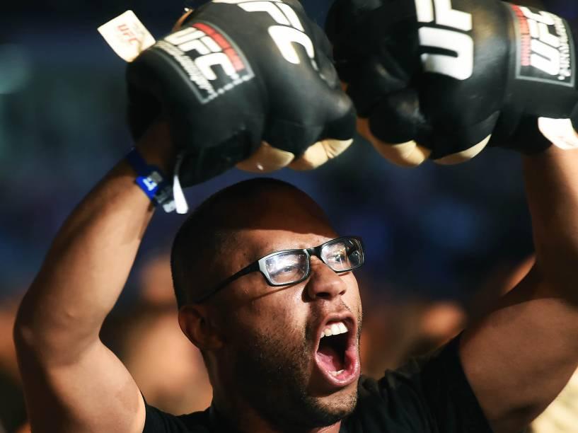 Público torce para os lutadores durante UFC 198, na Arena da Baixada em Curitiba