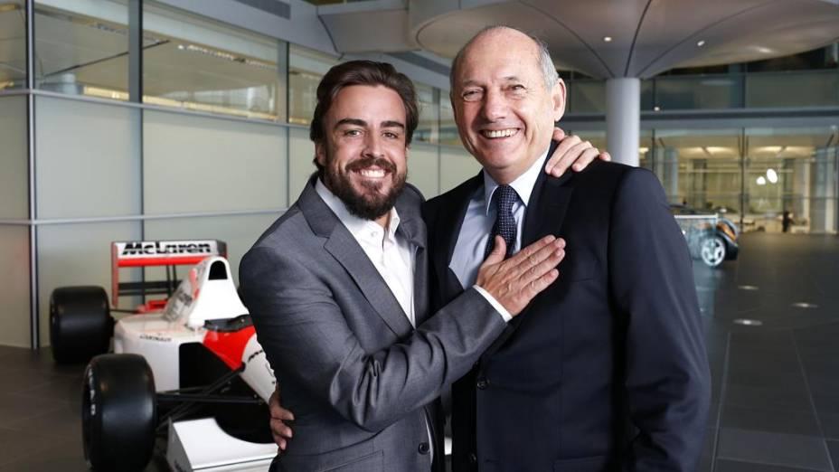 Fernando Alonso e Ron Dennis durante apresentação do piloto espanhol na McLaren