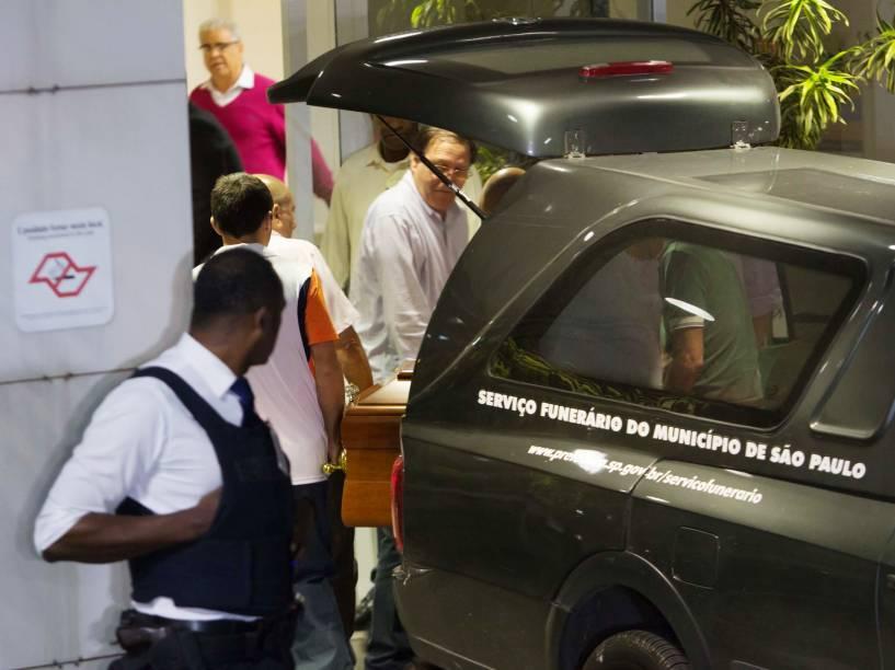 Caixão com o corpo de Thomaz Alckmin, filho do governador Geraldo Alckmin, chega ao Hospital Albert Eistein para ser velado, na madrugada desta sexta-feira (3)
