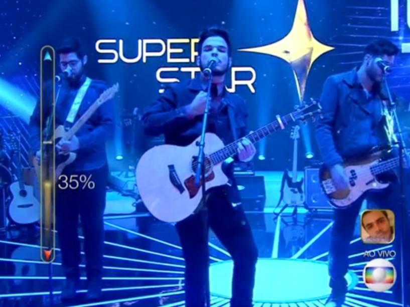 Banda Versalle para ao perceber playback durante apresentação no SuperStar