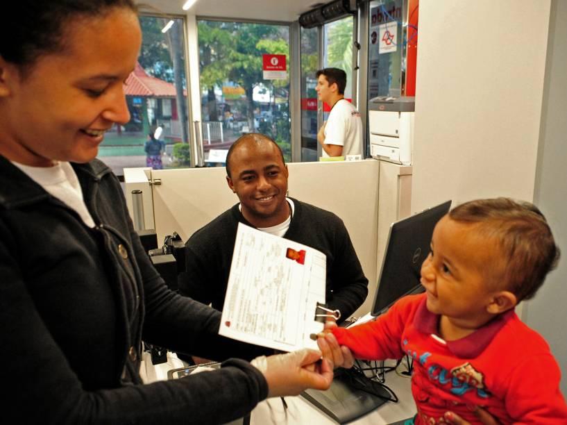 Victor Hugo, de apenas nove meses, tirando sua carteira de identidade. Mais de 280 mil crianças de até três anos tiraram o RG nos postos do Poupatempo, em São Paulo, entre janeiro de 2014 e maio de 2015