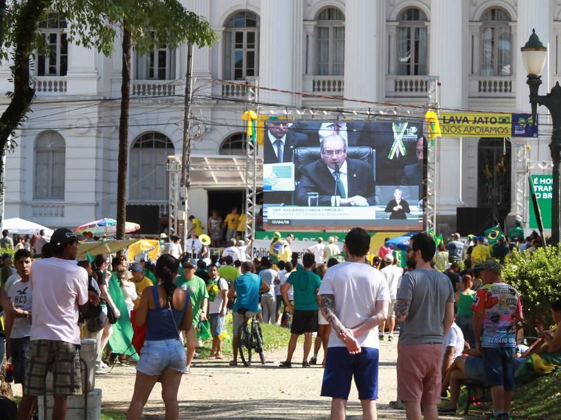 Manifestantes se reúnem em Curitiba para assistir a votação do Impeachment enquanto aguardam pelo início das votações na Câmara dos Deputados - 17/04/2016
