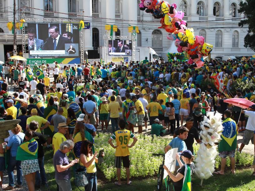 Manifestantes se reúnem em Curitiba para protestar a favor do processo de Impeachment, que é votado hoje na Câmara dos Deputados  - 17/04/2016