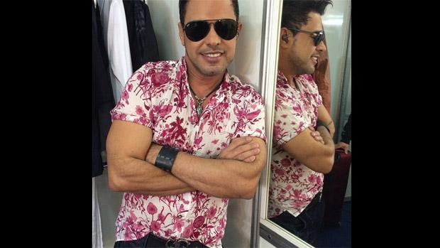 Zezé Di Camargo posta foto e se autoelogia no Instagram: Revirando minhas gavetas, encontrei essa camisa velhinha. O velhinho e a velhinha, continuam bem, né?!