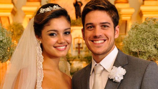 Amália (Sophie Charlotte) e Rafael (Marco Pigossi) sobem ao altar