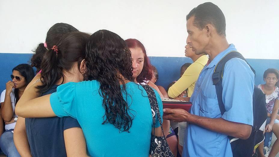 Amigas de Fabiane se emocionam e se abraçam durante enterro