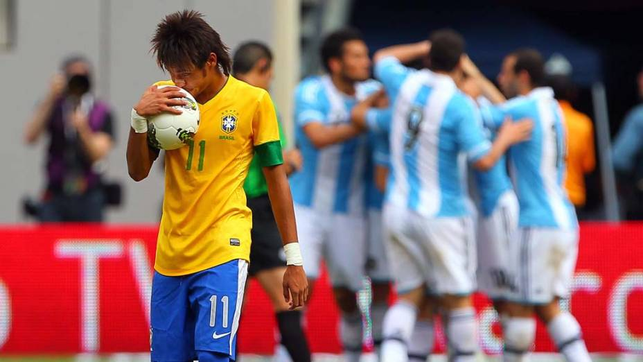 Neymar durante comemoração dos jogadores argentinos em amistoso entre Brasil e Argentina
