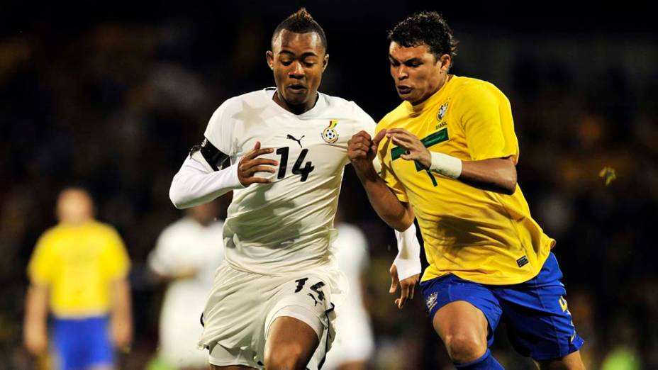 Os jogadores Jordan Ayew, Gana, e Thiago Silva, Brasil, durante o amistoso em Craven Cottage, Londres