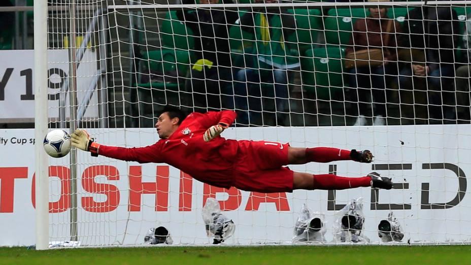 Diego Alves faz defesa em partida contra o Japão disputada em Wroclaw, Polônia