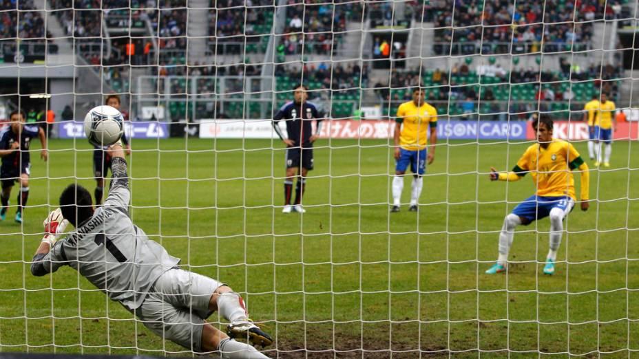 Neymar marca de pênalti no amistoso entre Brasil e Japão, em Wroclaw, Polônia