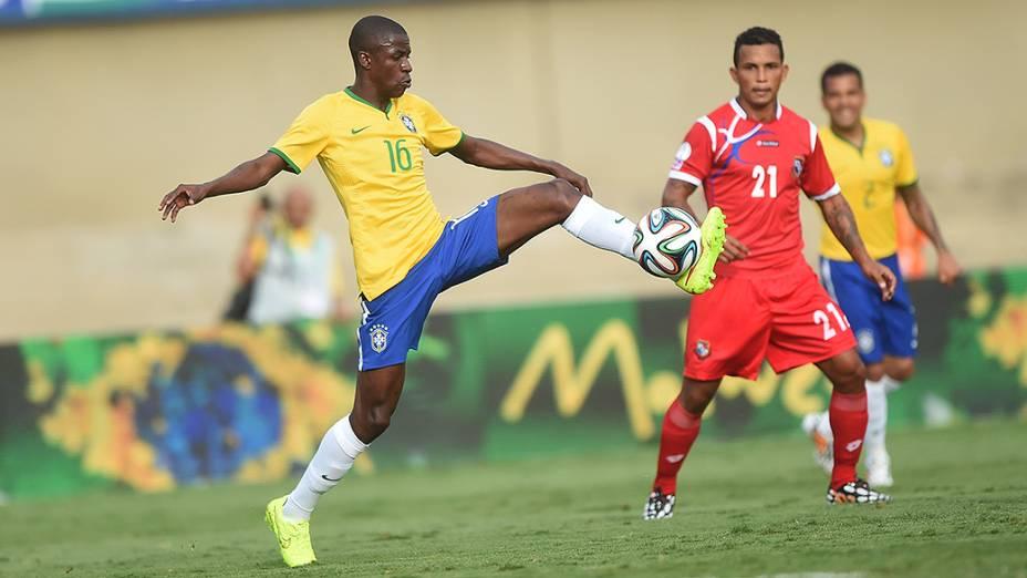 Ramires domina a bola durante amistoso contra o Panamá, em Goiânia