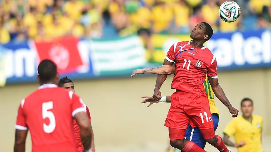 Neymar disputa a bola com um jogador do Panamá