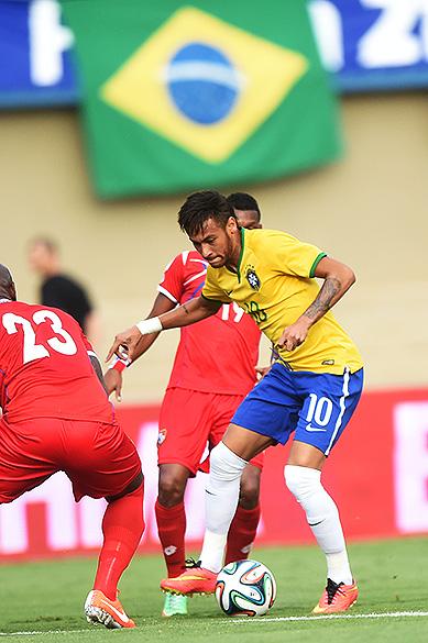 Neymar dribla jogadores do Panamá durante amistoso em Goiânia