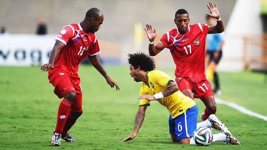 Marcelo sofre falta durante o amistoso contra o Panamá, em Goiânia