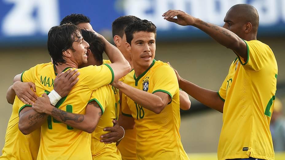 Jogadores do Brasil comemoram gol contra o Panamá, durante amistoso em Goiânia