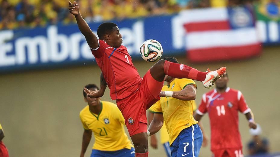 Jogador do Panamá domina a bola durante amistoso contra o Brasil, em Goiânia
