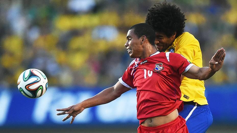Dante disputa a bola com jogador do Panamá, durante amistoso em Goiânia