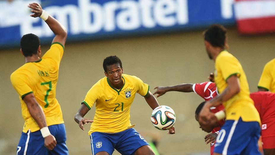 Jogador do Panamá cabeceia a bola para o gol, durante amistoso em Goiânia