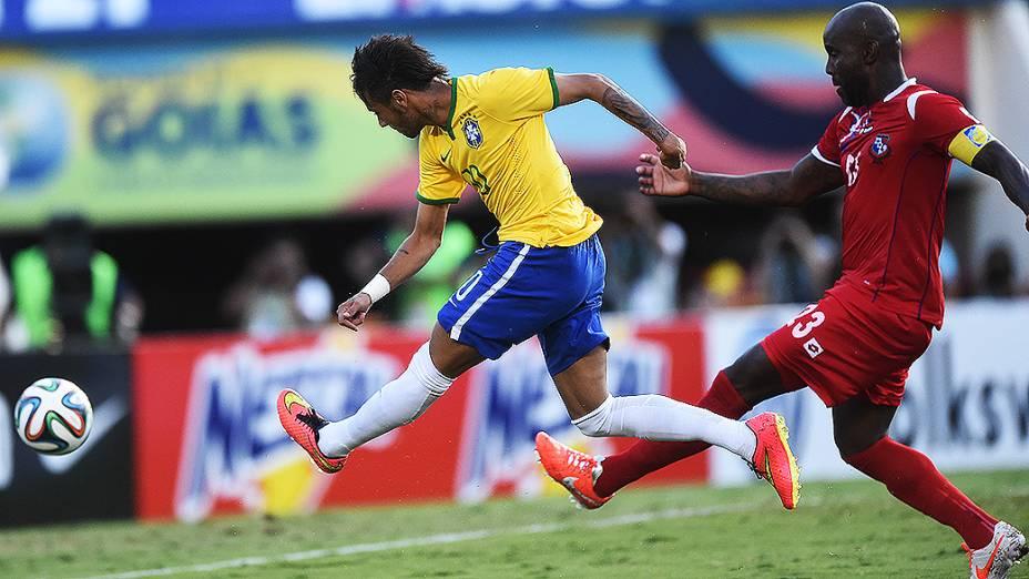 Neymar chuta contra o gol do Panamá, durante amistoso em Goiânia