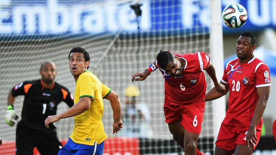 Jogadores do Panamá afastam a bola, durante o amistoso contra o Brasil em Goiânia