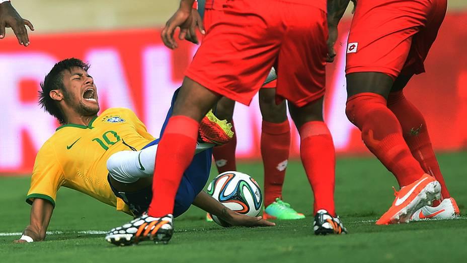 Neymar sofre falta durante amistoso contra o Panamá, em Goiânia