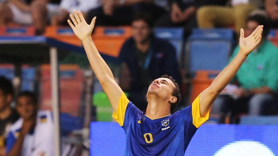 Leandro Damião comemora gol contra a Suécia em amistoso da seleção brasileira no histórico estádio Rasunda em Estocolmo